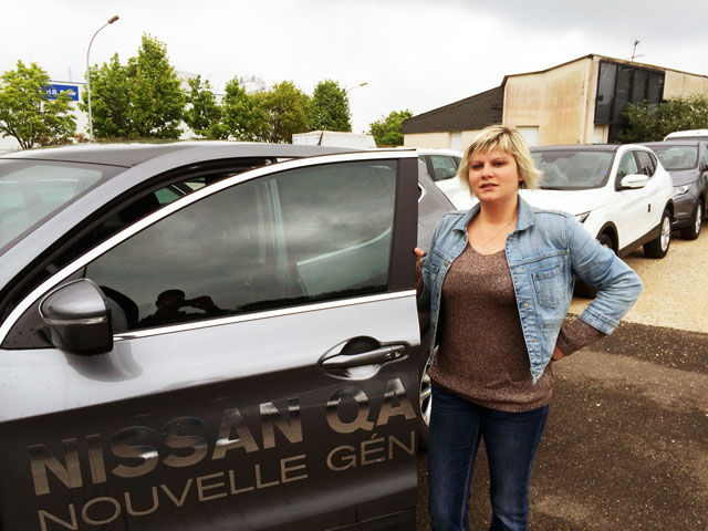 Noémie en face d'une vitre teintée automobile à Vineuil