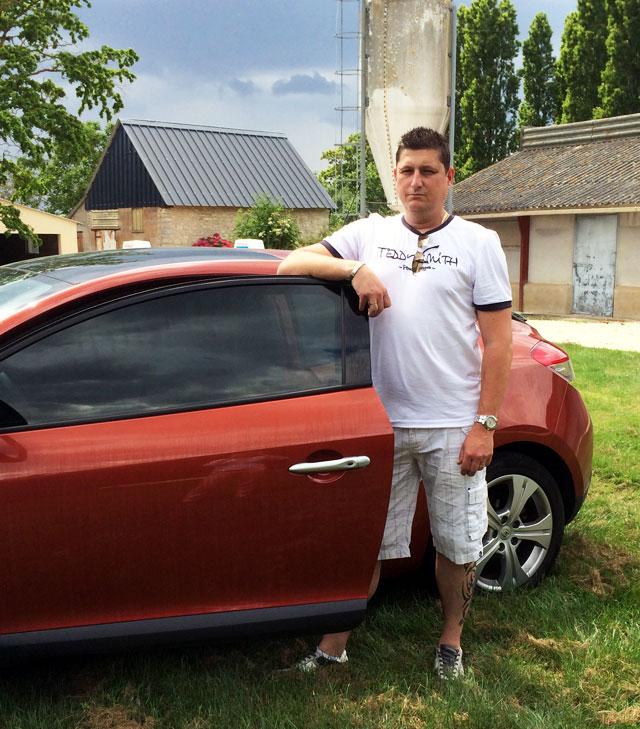 Frédéric à coté d'une voiture teintée à Tours (37)