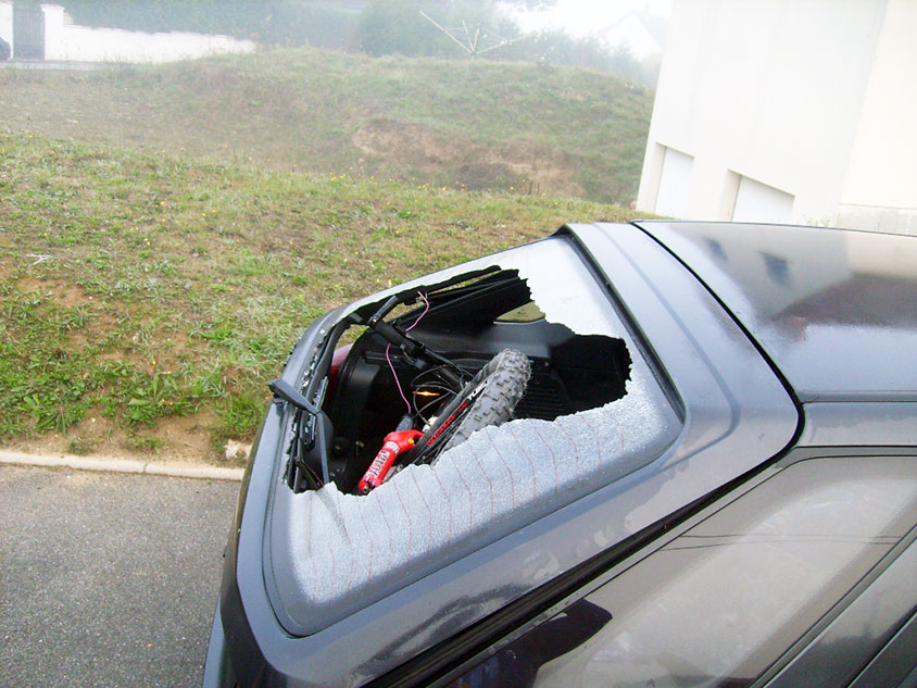 Exemple de lunette arrière cassée: fermeture de coffre sur une roue de vélo à Blois