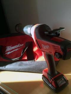Pistolet à cartouche Milwaukee pour application précise du joint de colle de pare-brise